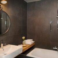 Hotel de Keyser badkamer, bad met douche - Zandberg B.V.