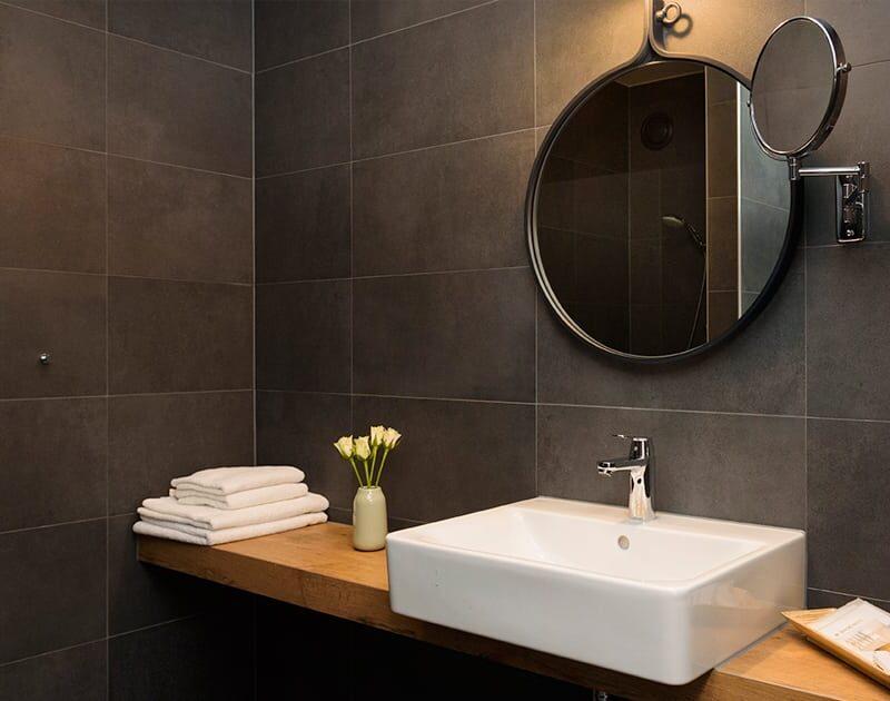Hotel de Keyser badkamer, wasbak met spiegel - Zandberg B.V.