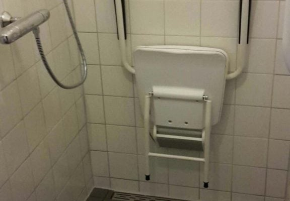 Badkamerrenovatie eindresultaat douchestoel, uitsnede, Postilionstraat 31, Breda - Zandberg B.V.