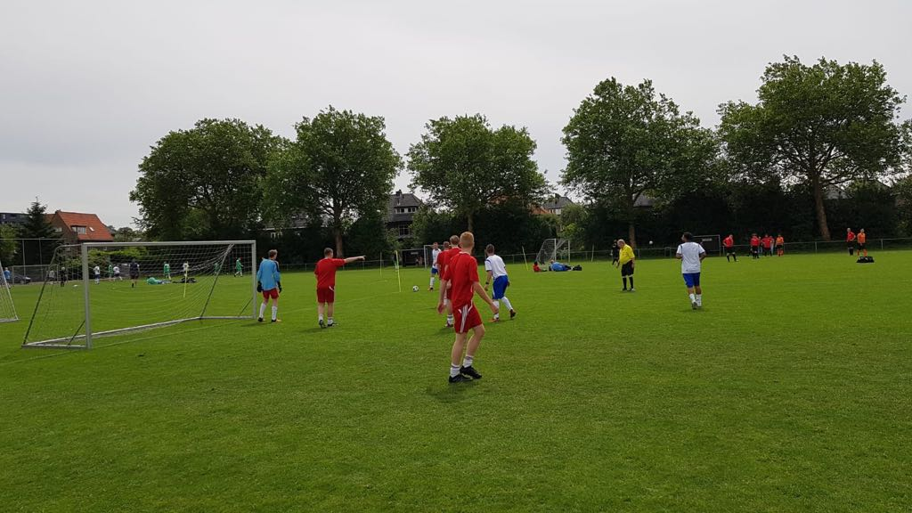 Bouwvakkers voetbaltoernooi, wedstrijd spelhervatting - Zandberg B.V.