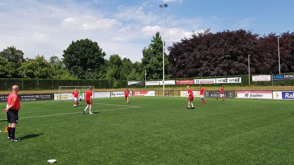Bouwvakkers voetbaltoernooi, wedstrijd spelopbouw- Zandberg B.V.