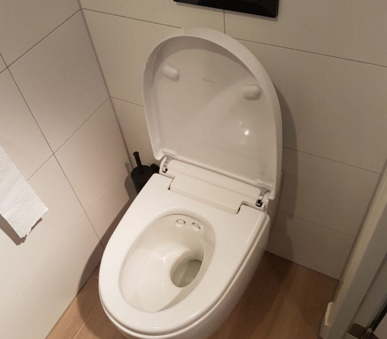 Toiletrenovatie eindresultaat toilet open, Valkenierslaan, Breda - Zandberg B.V.